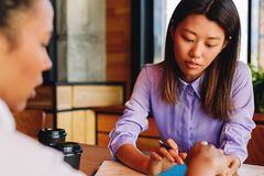 Bedrijfscollega's die in koffie zitten Royalty-vrije Stock Foto
