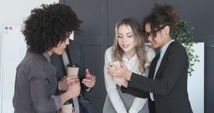 Bedrijfscollega's die media van inhoud op mobiele telefoon genieten stock video