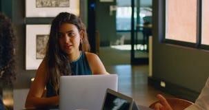 Bedrijfscollega's die met elkaar in cafetaria 4k interactie aangaan stock video