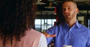 Bedrijfscollega's die met elkaar in cafetaria 4k interactie aangaan stock footage