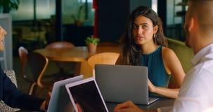 Bedrijfscollega's die met elkaar in cafetaria 4k interactie aangaan stock videobeelden