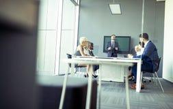 Bedrijfscollega's die in moderne conferentieruimte werken stock foto's
