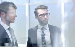 Bedrijfscollega's die nieuwe uitdagingen bespreken royalty-vrije stock afbeeldingen