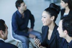 Bedrijfscollega's die onder zich in het bureau spreken stock foto