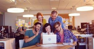 Bedrijfscollega's met laptop in de vergadering stock videobeelden