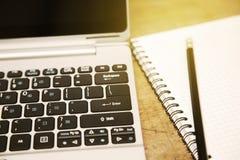 Bedrijfsconcept en notitieboekje voor geheugen Huisbureau met levensstijl en het langzame leven in vrije dag Het werken met notit Stock Afbeeldingen