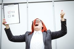 Bedrijfsconcept keus en stemming Een vrouw in een kostuum en een gla royalty-vrije stock foto's