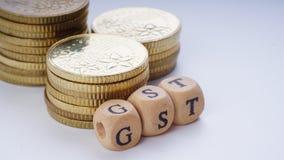 Bedrijfsconcept met een GST-woord op gestapelde muntstukken Stock Afbeelding