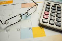 Bedrijfsconcept met kalender en Calculator en oogglazen Royalty-vrije Stock Afbeelding