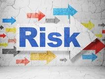 Bedrijfsconcept: pijl met Risico op de achtergrond van de grungemuur Stock Foto's