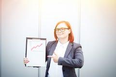 Bedrijfsconcept succes en de groei Een succesvolle vrouwenwerkgever, stock afbeeldingen