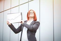 Bedrijfsconcept succes en de groei Een succesvolle vrouwenwerkgever, royalty-vrije stock foto