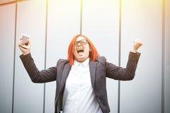 Bedrijfsconcept succes en telefoongesprekken ernstig stock foto's
