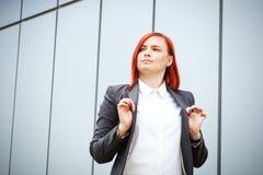 Bedrijfsconcept succes Ernstige Succesvolle Vrouwenwerkgever, in a stock afbeelding