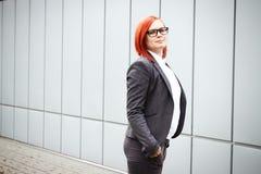 Bedrijfsconcept succes Ernstige Succesvolle Vrouwenwerkgever, in a royalty-vrije stock afbeelding