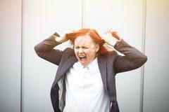 Bedrijfsconcept succes Kwade Vrouwenwerkgever, in een tearing kostuum stock fotografie