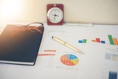 Bedrijfsconcept van de bureau het werk en analyse grafiek en CLO Royalty-vrije Stock Foto's
