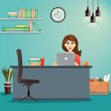 Bedrijfsconcept - vrouw die bij haar bureau werken De werkplaats van het bureau Stock Afbeeldingen
