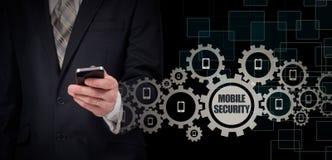 Bedrijfsconcept, zakenman met smartphone Verbindingstechnologie wereldwijd Mobiele Veiligheid royalty-vrije stock foto's