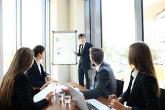 Bedrijfsconferentiepresentatie met team opleidings flipchart bureau stock afbeeldingen