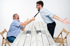 Bedrijfsconflict De twee mensen die negativiteit uitdrukken terwijl één mens die de stropdas van haar tegenstander grijpen Royalty-vrije Stock Foto