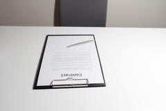Bedrijfscontractdocument met pen op het bureau Royalty-vrije Stock Foto's