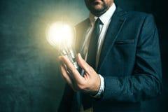 Bedrijfscreativiteitconcept met het licht van de zakenmanholding in Ha Royalty-vrije Stock Foto