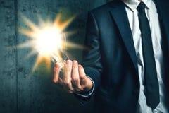 Bedrijfscreativiteitconcept met het licht van de zakenmanholding in Ha Stock Fotografie