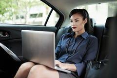 Bedrijfsdame in auto Stock Fotografie