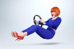 Bedrijfsdame in blauwe bestuurdersauto met een wiel, vrouwen drijfconcept Royalty-vrije Stock Afbeeldingen