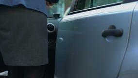 Bedrijfsdame die autoalarm uitzetten en in auto, onafhankelijke vrouw krijgen stock videobeelden