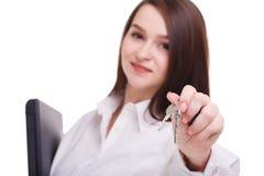 Bedrijfsdame die, houdend laptop en sleutels glimlachen stock afbeeldingen