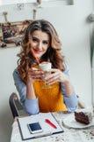 Bedrijfsdame die in koffie latte drinken Royalty-vrije Stock Foto