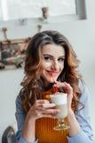 Bedrijfsdame die in koffie latte drinken Stock Foto