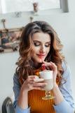 Bedrijfsdame die in koffie latte drinken Stock Afbeeldingen