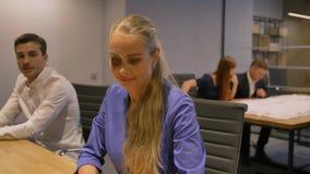 Bedrijfsdame in het moderne nachtbureau binnenlandse werken stock video