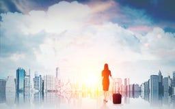 Bedrijfsdame met koffer en grote stad Royalty-vrije Stock Afbeelding