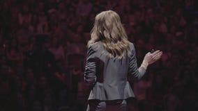 Bedrijfsdeskundige gelezen lezing aan publiek bij congres stock videobeelden