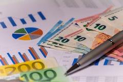 Bedrijfsdiagram op financieel verslag met rekeningen en pen stock foto