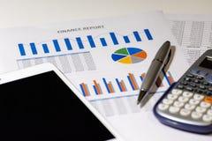 Bedrijfsdiagram op financieel verslag met tablet, pen en calculator stock foto
