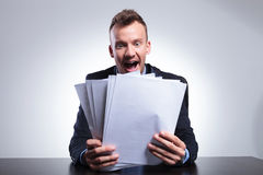 Bedrijfsdiemens door vele rekeningen wordt geschokt Stock Afbeelding