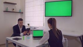 Bedrijfsdiemensen bij het werk in eigentijds bureau worden geconcentreerd stock video