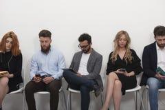 Bedrijfsdiemensen op Internet-netwerk aan laptop en tablet worden verbonden Concept startbedrijf stock fotografie