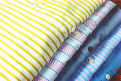 Bedrijfsdieoverhemden voor vertoning worden gestapeld Royalty-vrije Stock Afbeeldingen
