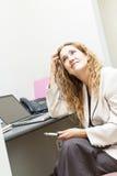 Bedrijfsdievrouw bij bureau ongerust wordt gemaakt Royalty-vrije Stock Foto's
