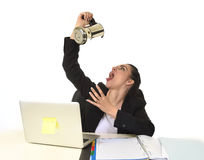 Bedrijfsdievrouw bij laptop computerbureau het drinken koffie en bezorgd in cafeïneverslaving wordt opgewekt Stock Fotografie