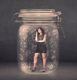 Bedrijfsdievrouwen in kruik met netwerksymbolen worden opgesloten Royalty-vrije Stock Foto