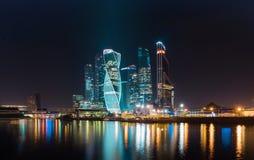 Bedrijfsdistrict van de stad in kleurrijke nachtlichten De middernachtlichten van een grote stad Moskou worden weerspiegeld in de royalty-vrije stock afbeelding