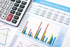 Bedrijfsdocument Calculator financiëngegevens Stock Afbeelding