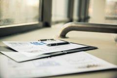 Bedrijfsdocumenten met de grafiekengroei De zakenman van de werkplaats Royalty-vrije Stock Afbeeldingen